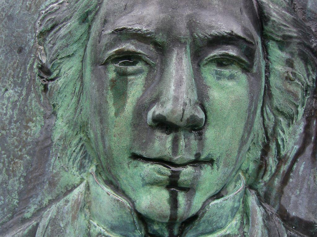 Close-up van het monument voor Ranald MacDonald in Nagasaki.